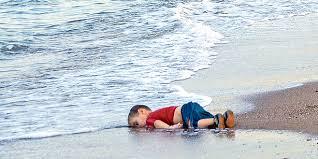 El cadáver de Aylan Kurdi sobre las arenas de una playa de Turquía