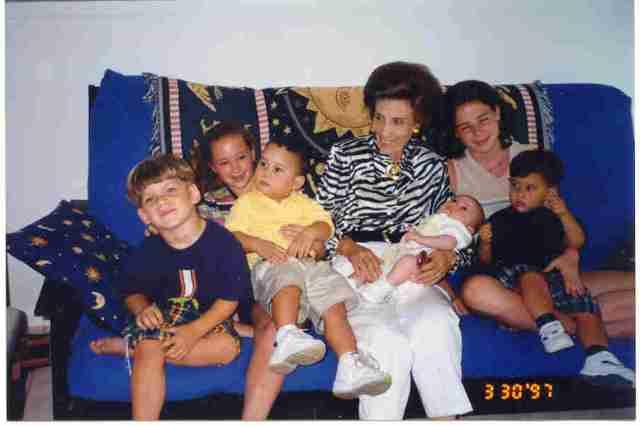 Uva Hernández-Catá y sus bisnietos. Miami. Domingo de Resurrección, 1997, seis meses antes de morir