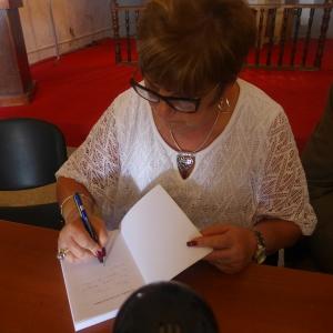 Firmando libros despúes de la presentación