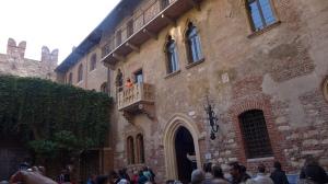 Los turistas de continuo visitan el famoso balcón de Julieta