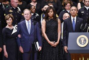 El Presidente Barack Obama y el ex Presidente George W. Bush durante los funerals de los policías asesinados en Dallas