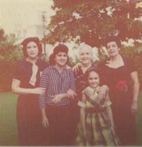 Cpn mi madre Uva, mi abuela Lila, mi tía Sara y mi hermana Gloria en el jardín de la casa, circa 1957