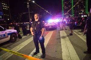 Oficiales hacen guardia en barricada después de los disparos en Dallas de un francotirador el 7 de Julio de 2016