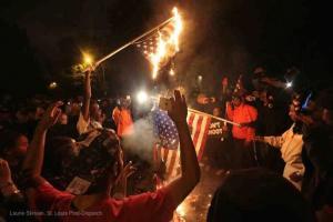 Durante las protestas en Fergueson se quemaron banderas, lo cual en 1989 la Corte Suprema declare era constitucional