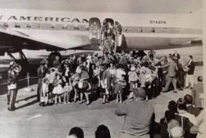 De 1965 a 1973, durante la administración de Lyndon B. Johnson, 300 mil cubanos llegaron a Estados Unidos en los Vuelos de la Libertad