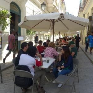 Restorán al aire libre en calle peatonal en La Habana Vieja